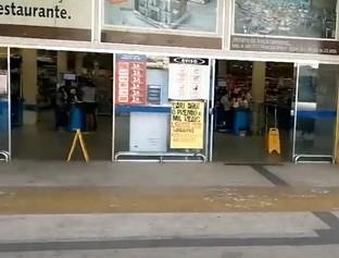 Criminosos invadem supermercado e levam caixas de celulares vazias