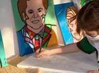 Garoto de 9 anos se destaca pintando obras de Romero Brito