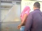 Jovem preso após agredir a mãe tenta bater em repórter da Meio Norte
