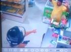 Câmeras de estabelecimentos flagram dupla realizando assaltos