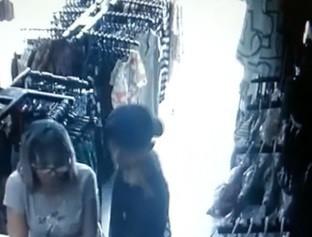 Jovem se passa por cliente, assalta loja de roupas e leva celulares