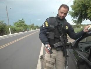 PRF realiza blitz para evitar acidentes envolvendo motoristas bêbados