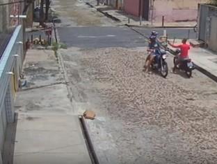 Câmeras de segurança flagram homem assaltando casal em Teresina