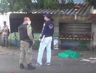Homem é perseguido e baleado nas costas próximo a uma praça