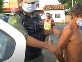 Homem é preso após acertar uma telha no rosto da companheira