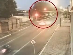 Câmera de segurança flagra que motoqueiro invadiu o sinal vermelho