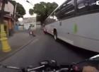 Vídeo mostra choque violento de motoqueiro com ônibus