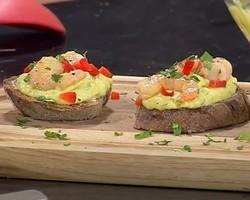 Bruschetta de abacate com camarão. Uma entrada deliciosa!