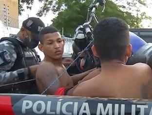 Irmãos são presos com moto roubada e uma espingarda