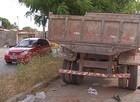 Suspeitos de assaltos colidem com caçamba e piloto acaba preso
