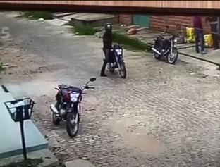 Dupla é flagrada humilhando entregador de delivery durante assalto
