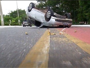 Motorista perde controle e causa acidente na Avenida Raul Lopes